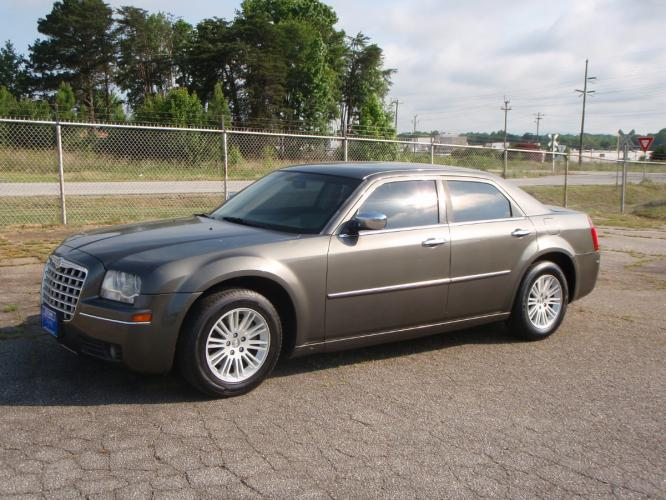 2010 GRAY /CHARCOAL Chrysler 300 TOURING (2C3CA5CV0AH) with an 6 engine, Automatic transmission, located at 2812 White Horse Road, Greenville, SC, 29611, (864) 269-1711, 34.808655, -82.434776 - Photo #0